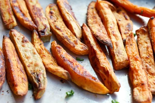 baked sweet potato fries with sriracha seasoning